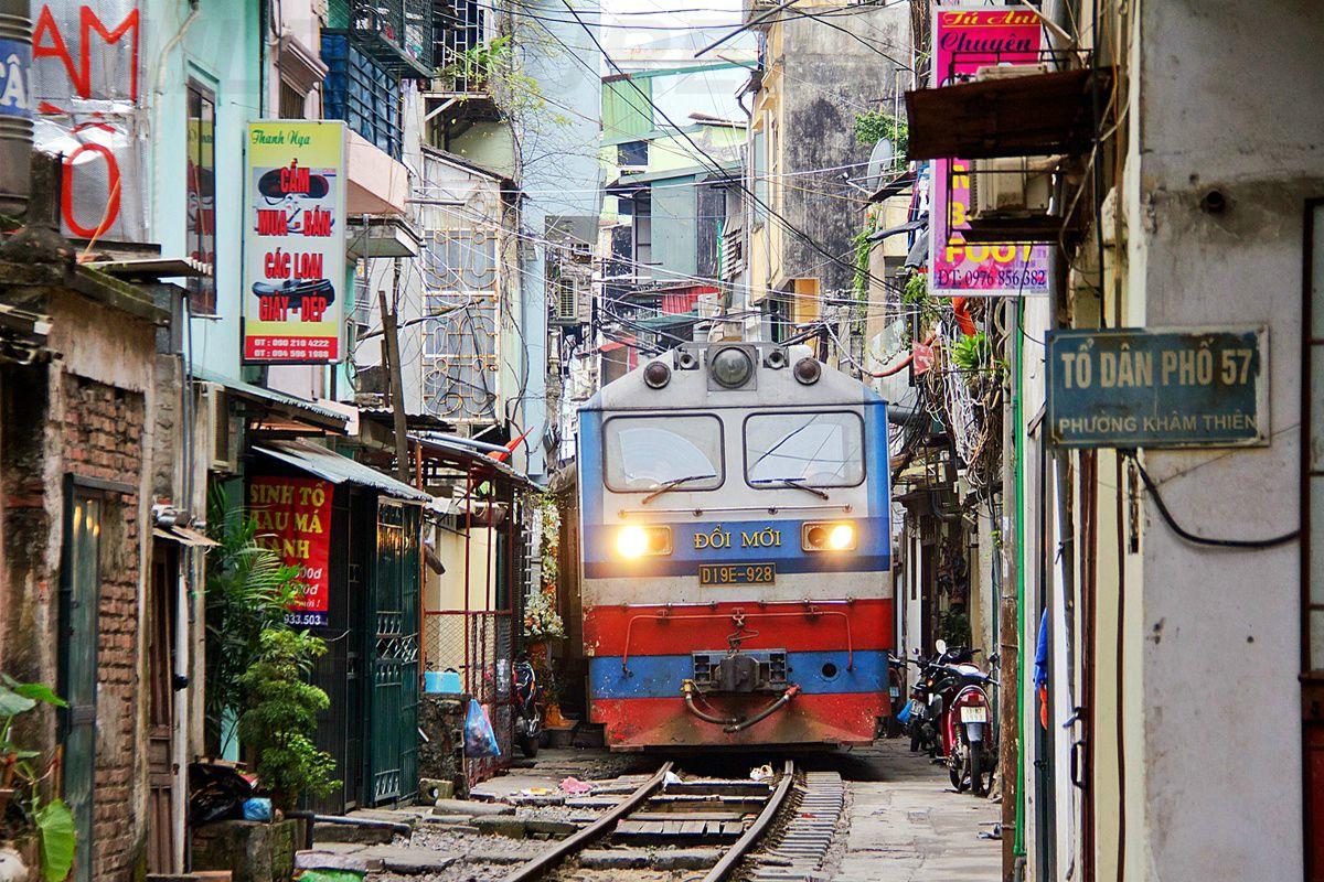 Фото улицы с поездом