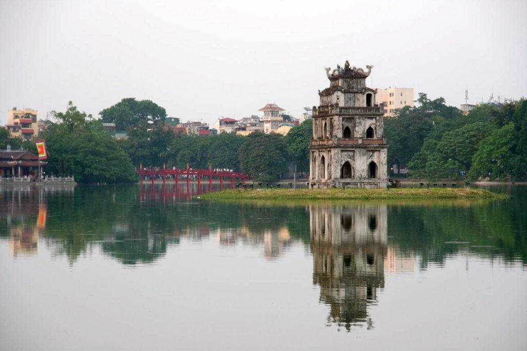 На фото озеро Черепах в Ханое