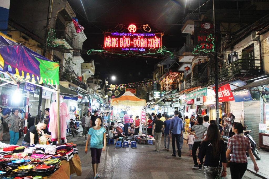 Один из ночных рынков Ханоя