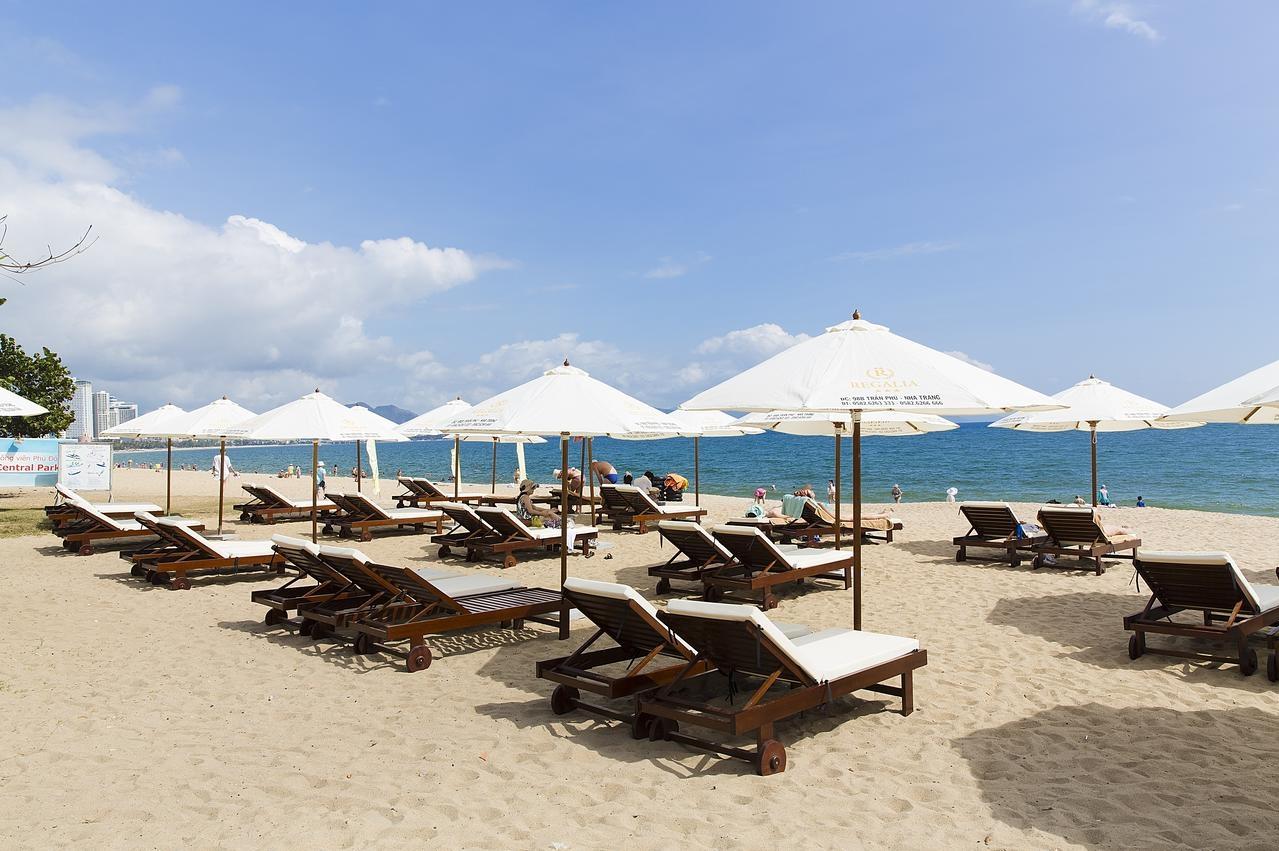 Пляж в Regalia Hotel