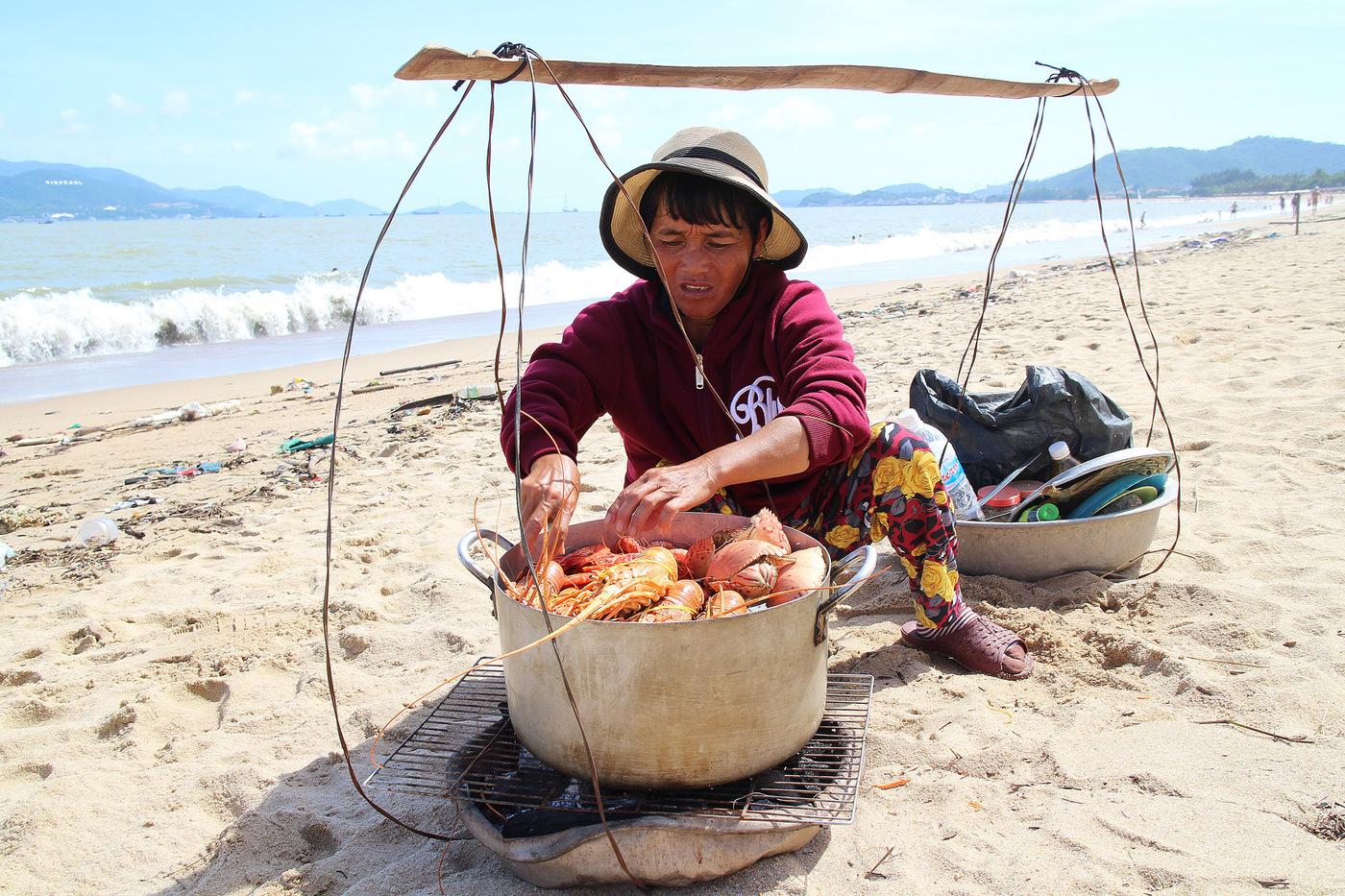 Разносчики морепродуктов на пляже