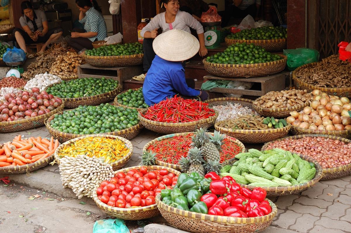 На фото ассортимент овощей и фруктов во Вьетнаме
