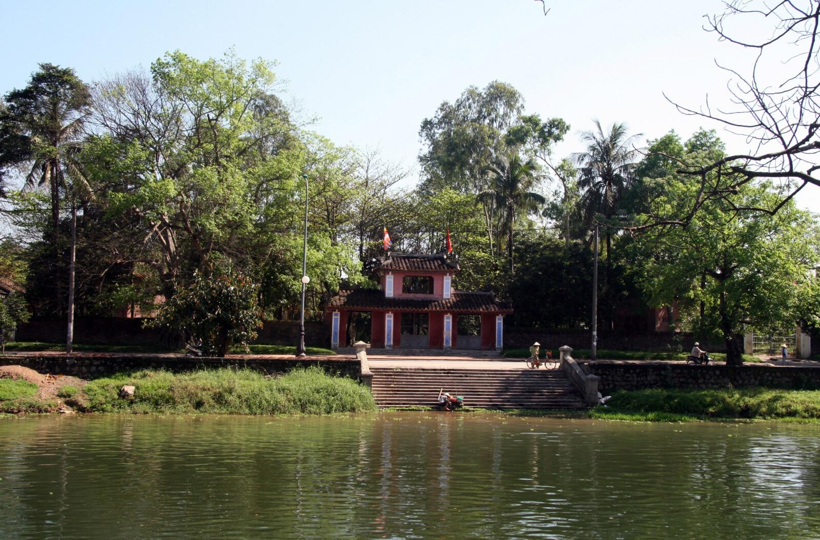 На фото вьетнамская пагода Dieu De