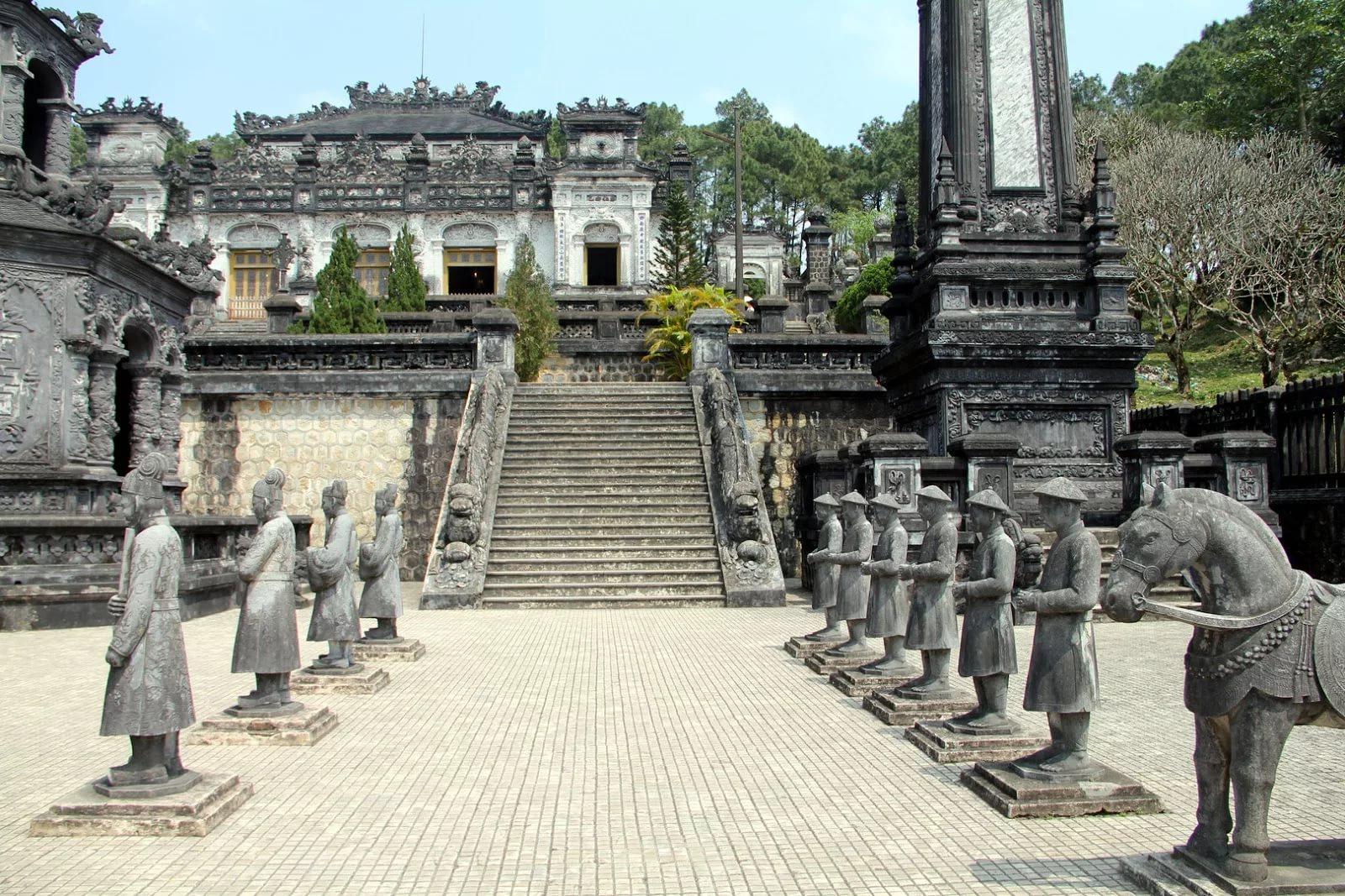 На фото Императорские гробницы в Хюэ