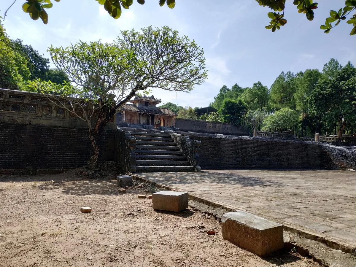 На фото гробница императора ТхиеуЧи