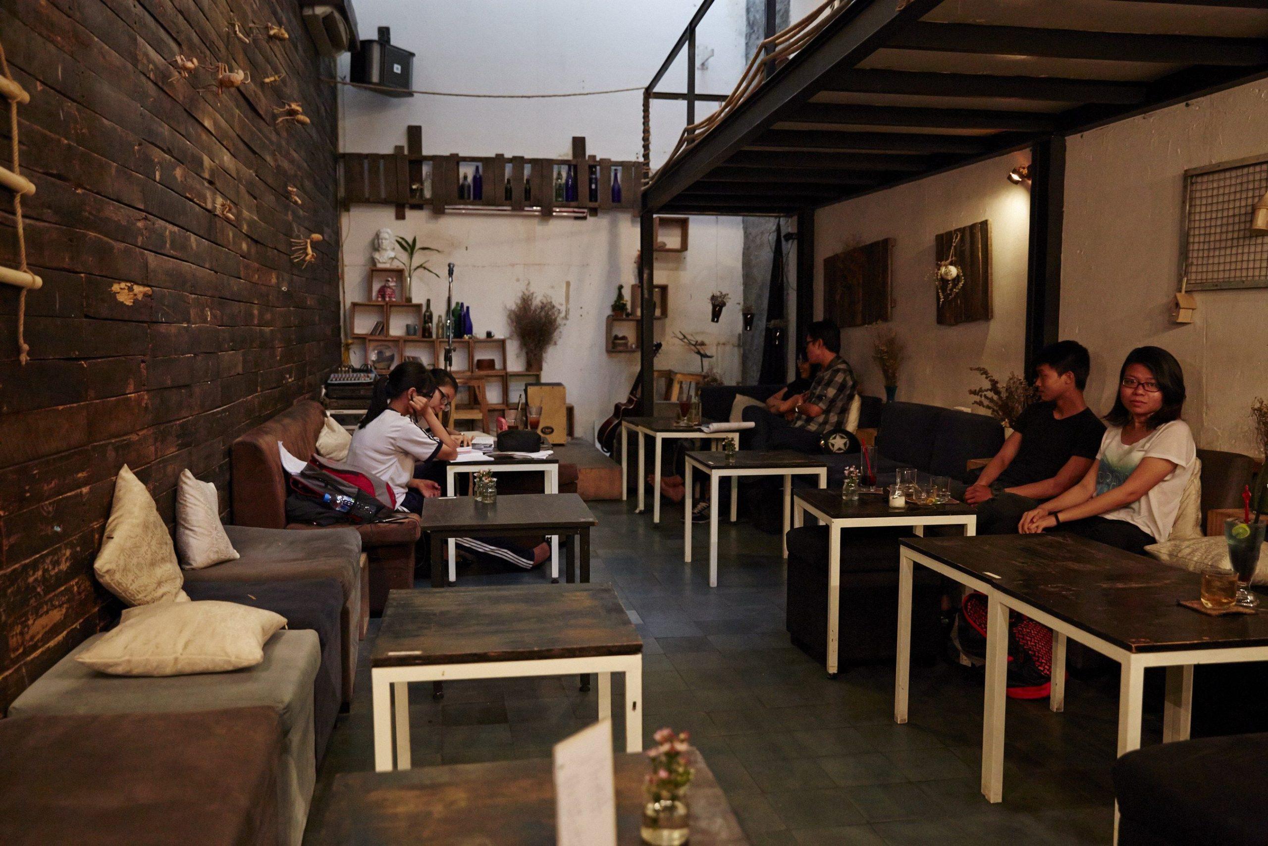 На фото вьетнамское кафе